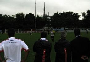 Andrade observa treinamento de juniores na Gávea