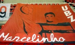 Bandeirão pega Marcelinho de surpresa e emociona craque