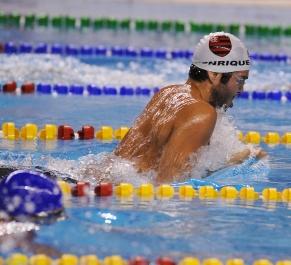 Henrique Barbosa bate recorde do campeonato nos 100m peito