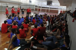 Veterano do vôlei dá palestra a atletas de base