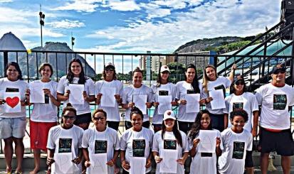 Equipe homenageia Paula Fragoso antes da final