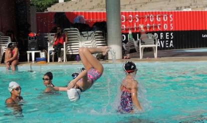 Veja como matricular sua filha na aula de nado sincronizado da Escola de Esportes
