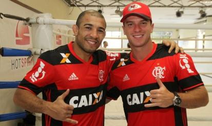 Rubro-negros José Aldo, do UFC, e Cairo Santos, da NFL, se encontram no Rio
