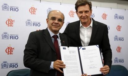 Eduardo Bandeira de Mello e Marcelo Crivella assinam protocolo para construção do estádio na Gávea