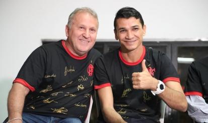 Lançamento de nova camisa autografada reúne maiores ídolos do Flamengo e centenas de torcedores na Gávea