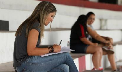 Treinadora da Seleção Brasileira, Emily Lima observa jogo do Flamengo/Marinha