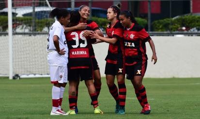 Autora de dois gols, Larissa comemora resultado e analisa próxima fase