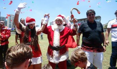 Papai Noel chega de helicóptero na Gávea