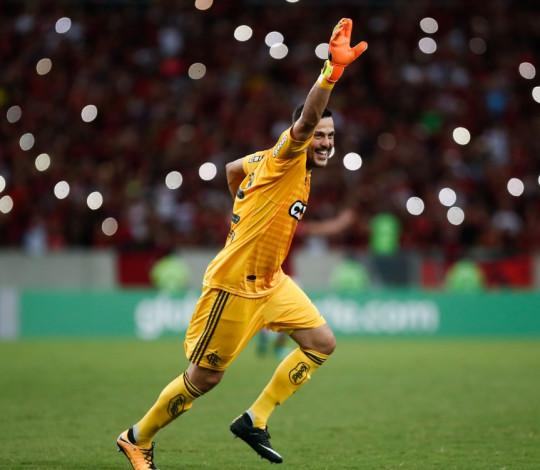 Em noite de despedida, Julio Cesar brilha no triunfo do Flamengo sobre o América-MG