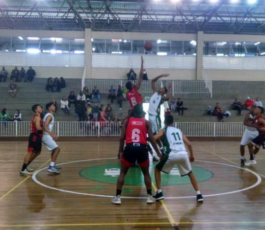 Jogando fora de casa, Sub-17 vence o Comary e segue na liderança do Estadual de Basquete