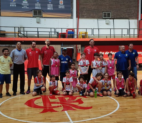 Atletas do FlaBasquete visitam a Escola de Esportes Sempre Flamengo