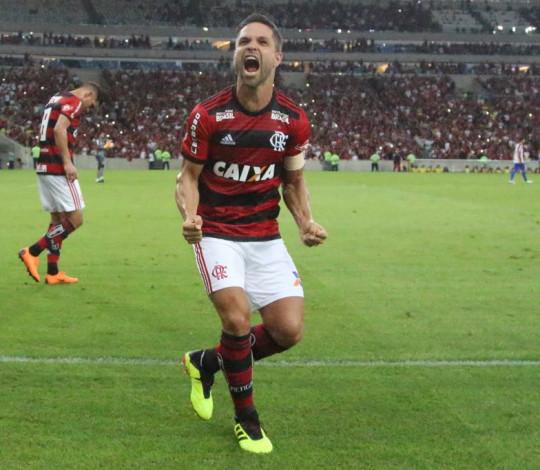 Com shows no campo e na arquibancada, Flamengo vence o Paraná no Maracanã