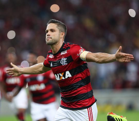 Diego marca mais um e enaltece sinergia da torcida com time