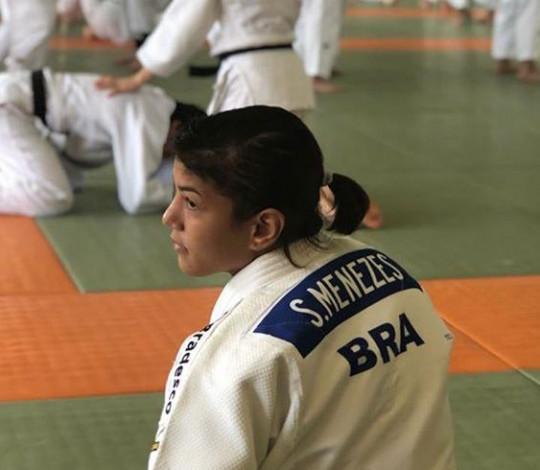 Sarah Menezes chega à Tóquio para treinamento de campo