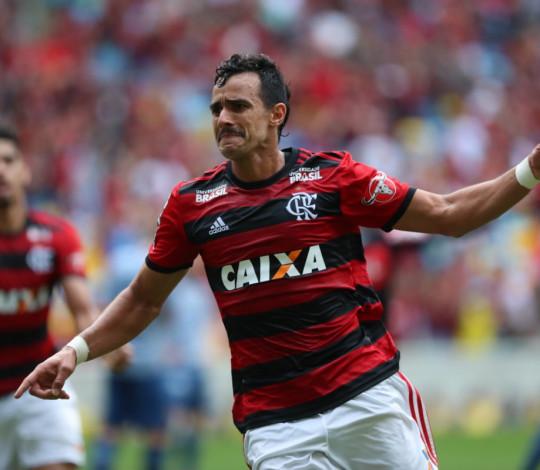 Diante de 55 mil torcedores, Flamengo bate Cruzeiro e segue na vice-liderança do Brasileirão