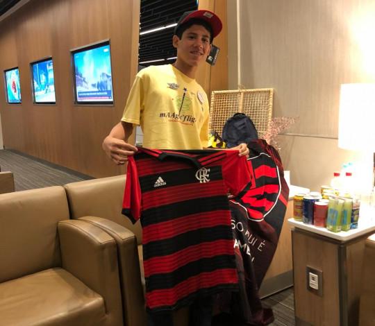 Flamengo presenteia jovem rubro-negro em ação da American Airlines