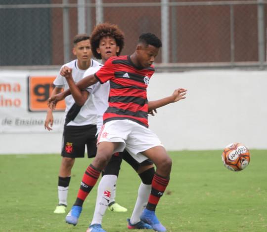 Sub-14 pressiona muito, mas perde para o Vasco na semifinal da Taça Guanabara