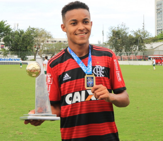 Lázaro celebra a conquista da Taça Guanabara Sub-17
