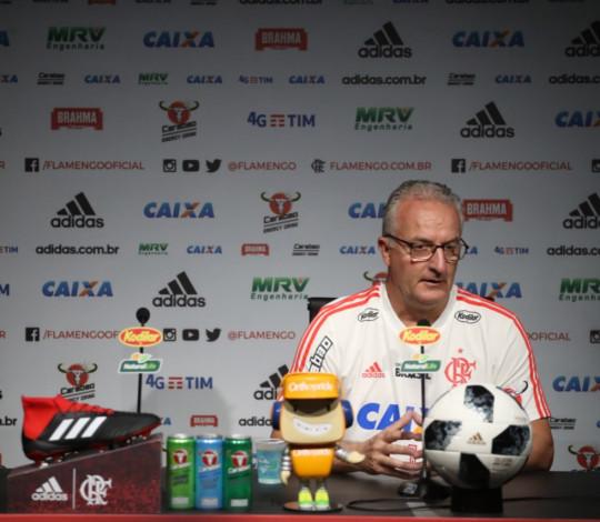 Dorival Júnior analisa primeiros treinos no CT e projeta duelo contra o Corinthians