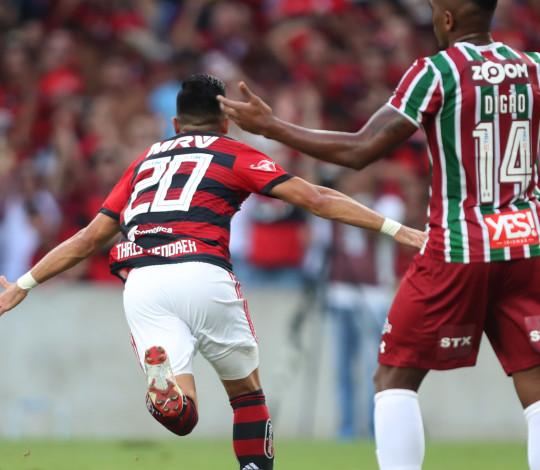 Uribe marca dois, Vitinho sobra em campo e Flamengo arrasa Fluminense pelo Campeonato Brasileiro