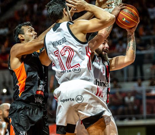 Marquinhos brilha, Varejão faz duplo-duplo e Flamengo bate Basquete Cearense