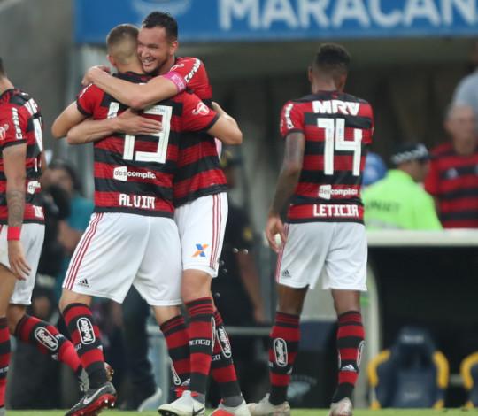 Léo Duarte celebra gol e elogia companheiros de equipe