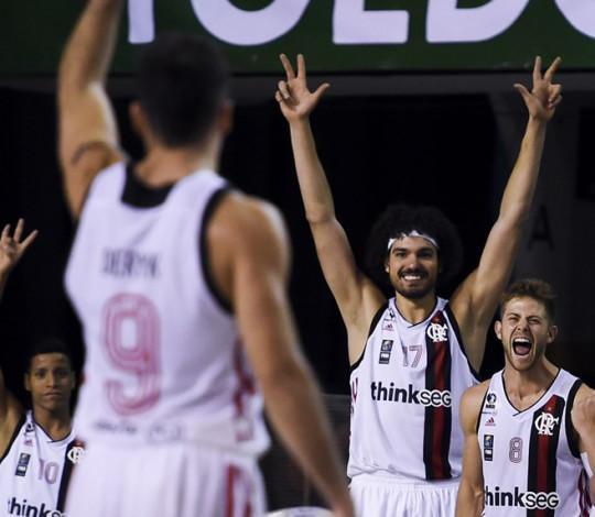 Deryk faz 24 pontos, FlaBasquete vira diferença de 15 e vence Libertad na estreia da Liga