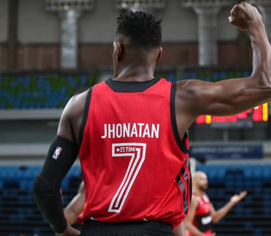 Jhonatan marca 23 pontos e lidera vitória do Flamengo sobre Mogi pelo NBB