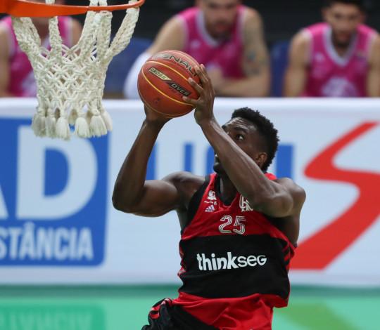 No segundo jogo da maratona em casa, Flamengo recebe Pinheiros para disparar na liderança