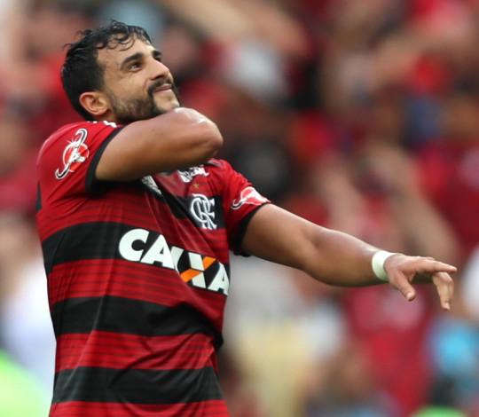 Ceifador marca, César pega pênalti e Flamengo vence Santos no jogo do aniversário