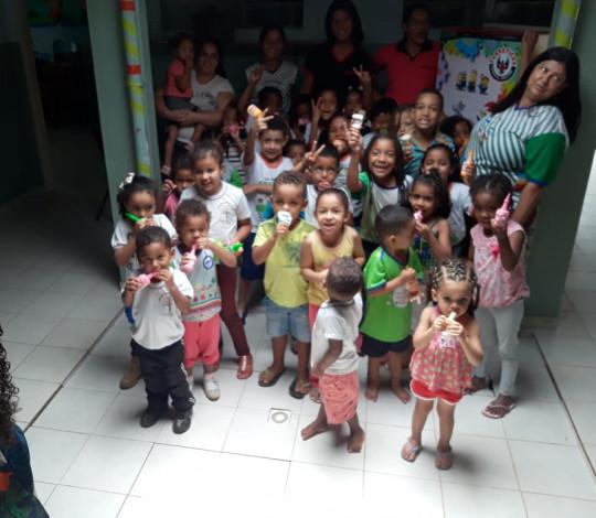 Embaixada FLA-TEÓFILO OTONI doa geladeira para creche