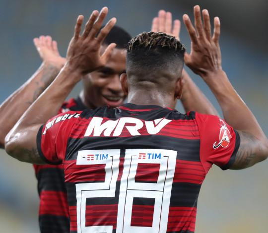 Vitória sobre o Grêmio mantém Flamengo com chances de título brasileiro
