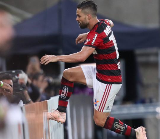 Diego volta a marcar e corre para o abraço com a Nação no Maracanã