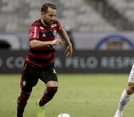 Com dois golaços de Everton Ribeiro, Flamengo vence Cruzeiro no Mineirão
