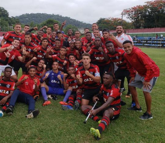 Sub-16 derrota o Fluminense e comemora o bicampeonato do Torneio Guilherme Embry dentro de Xerém
