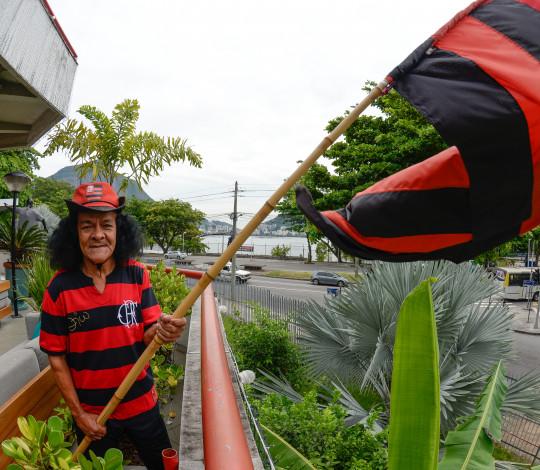 Torcedor símbolo do Flamengo ganha emprego nas Lojas Oficiais