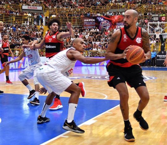 Flamengo supera pressão em Franca e conquista Super 8 com autoridade