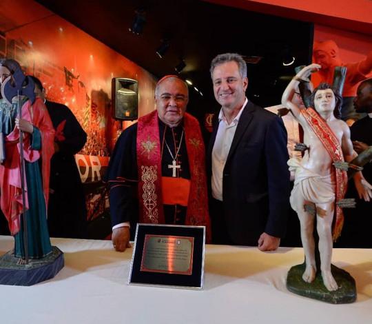 Cardeal Arcebispo Dom Orani Tempesta abençoa Flamengo em visita na Gávea