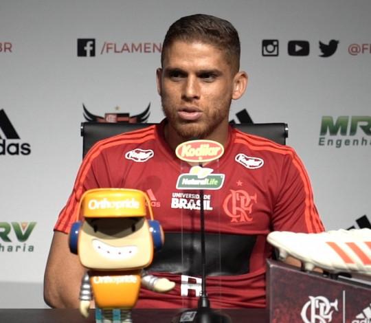 Cuéllar comenta estreia e exalta presença da Nação: A torcida do Flamengo é muito bonita
