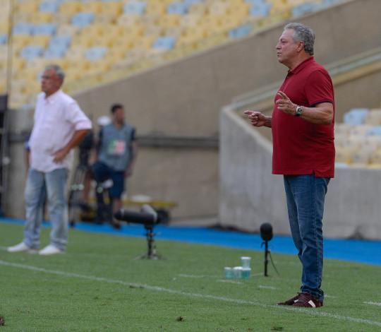 Abel Braga celebra vitória na estreia do Carioca