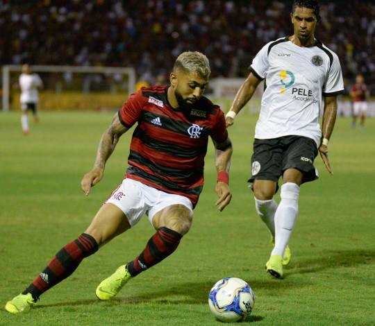 Flamengo empata com Resende em noite de golaço de Dourado e estreia dupla