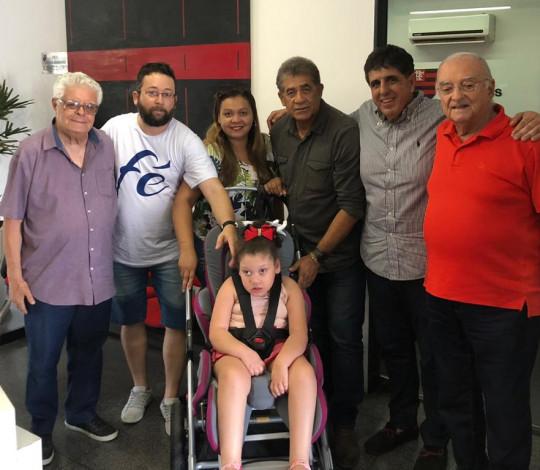 Embaixadas auxiliam na arrecadação de fundos para pequena rubro-negra com paralisia