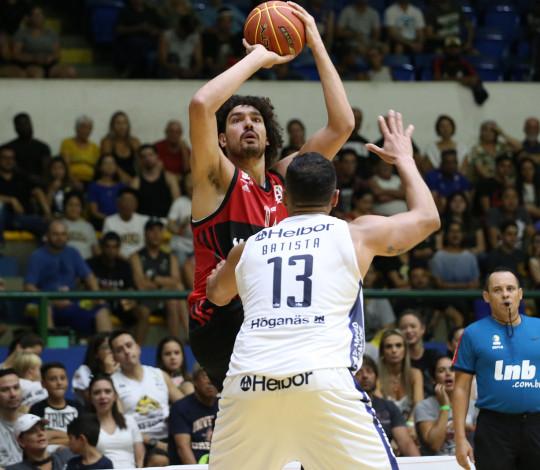 Com Balbi e Varejão desequilibrando, Flamengo vence Mogi e vai a terceiro no NBB