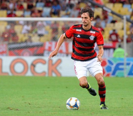 Rodrigo Caio elogia zagueiros do elenco e se diz impressionado com a Nação