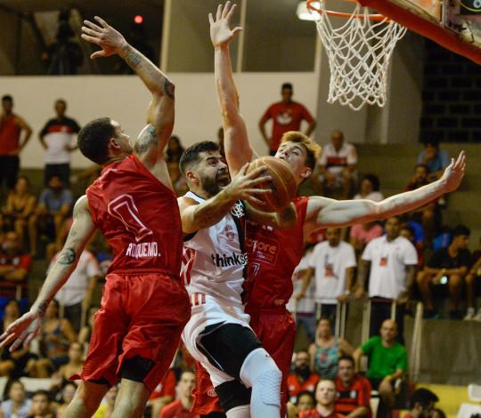 Em jogão de basquete no Tijuca, Flamengo vence Paulistano e mantém boa sequência