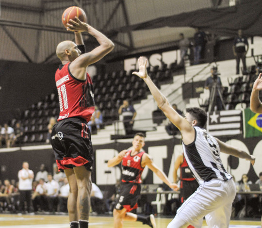 Com 22 pontos de Marquinhos, Flamengo vence Botafogo e engata sexta seguida no NBB