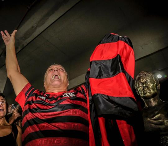 Ex-lateral Leandro é eternizado com busto na sede do Clube