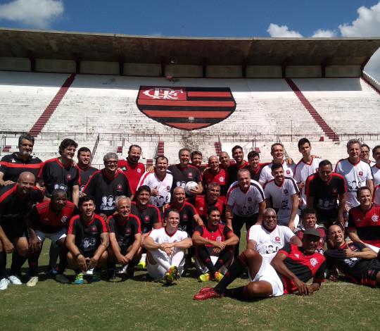 Jogo festivo em homenagem ao Leandro recebeu ídolos do passado e torcedores na Gávea