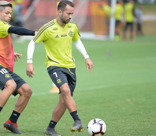 Everton Ribeiro destaca a importância de Abel: 'É bom tê-lo do nosso lado'