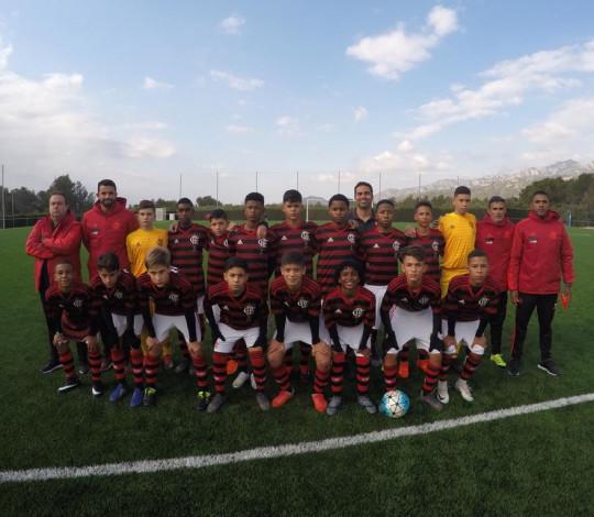 Sub-13 vence três jogos na fase de grupos e está nas oitavas de final do Mundialito, na Espanha